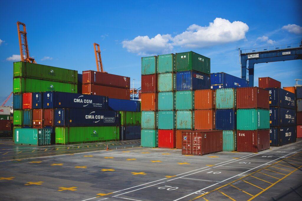 Descarga de contenedores en puertos, frigoríficos, barcos y camiones